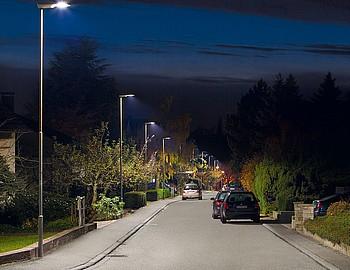 LED-Straßenbeleuchtung in einer Siedlung in der Nacht.